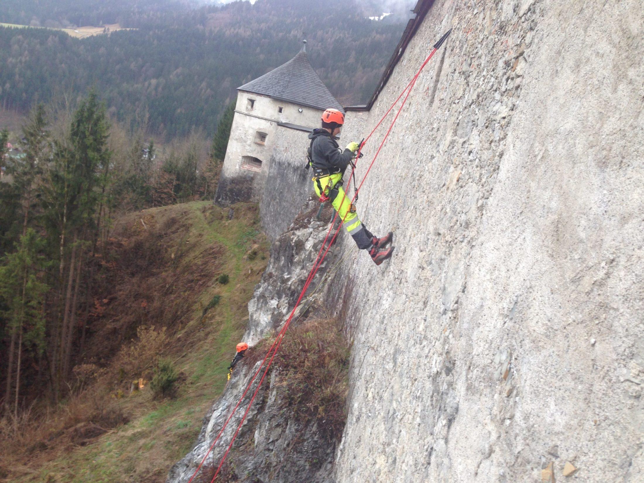 Seilsicherung an einer Burgmauer