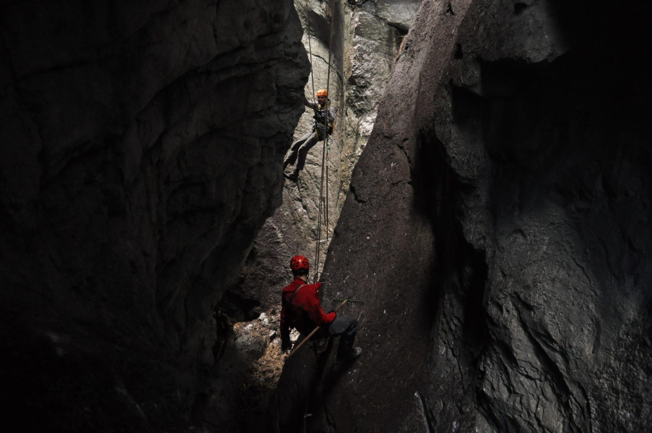 Felsräumarbeiten am Seil in einer Klamm