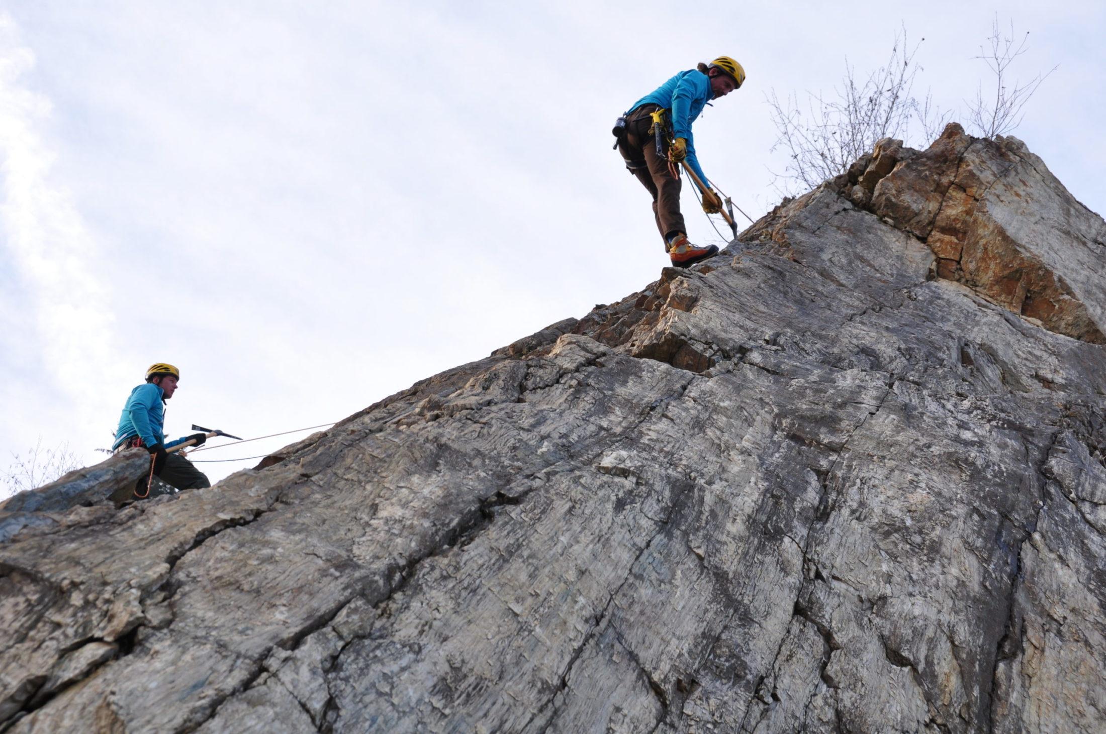 Felsrauemarbeiten mit Spitzhacke am Seil