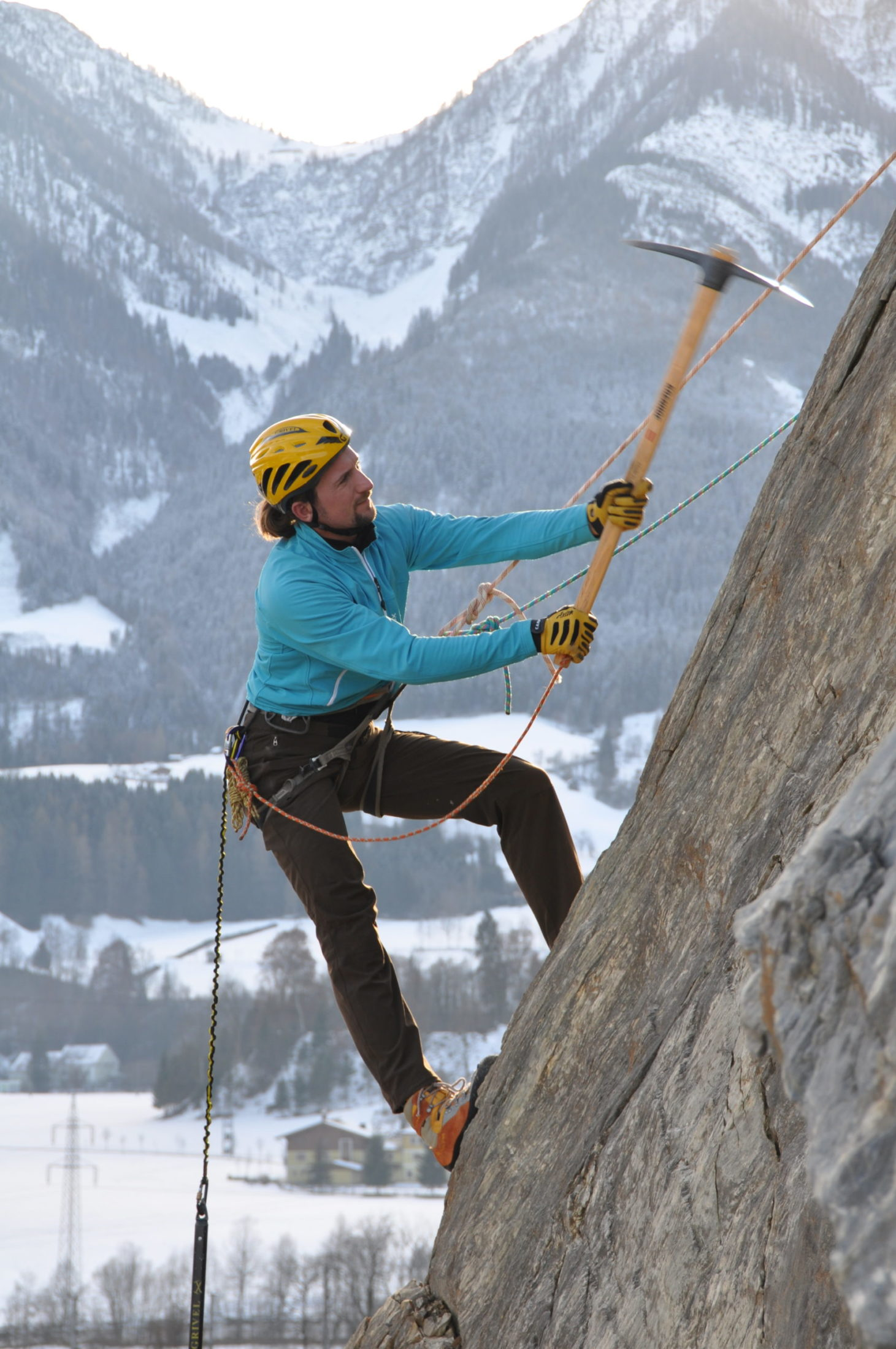 Nahaufnahme Felsrauemarbeiten mit Spitzhacke am Seil