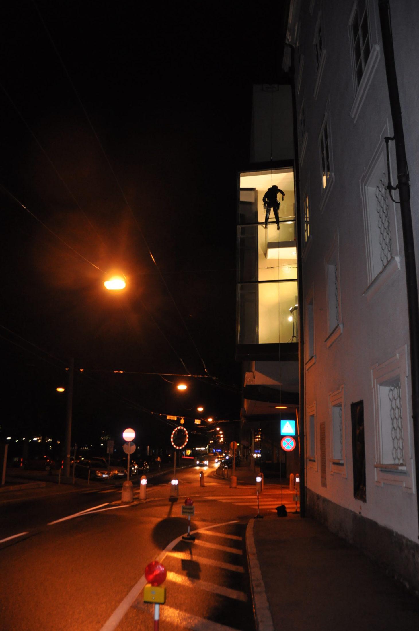 Fensterreinigung des Haus der Natur in der Nacht