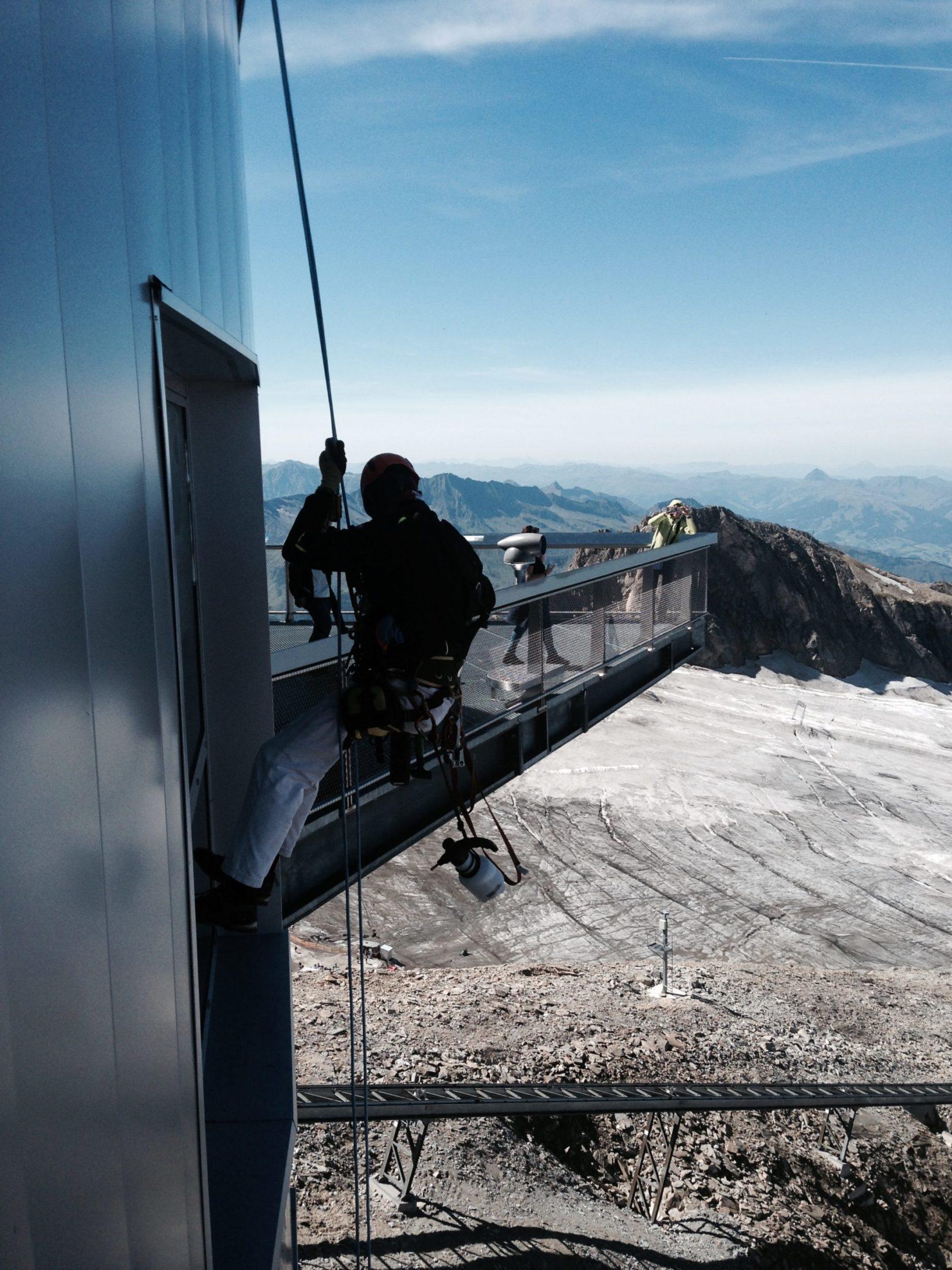 Arbeit an der Fassade der Bergstation am Kitzsteinhorn