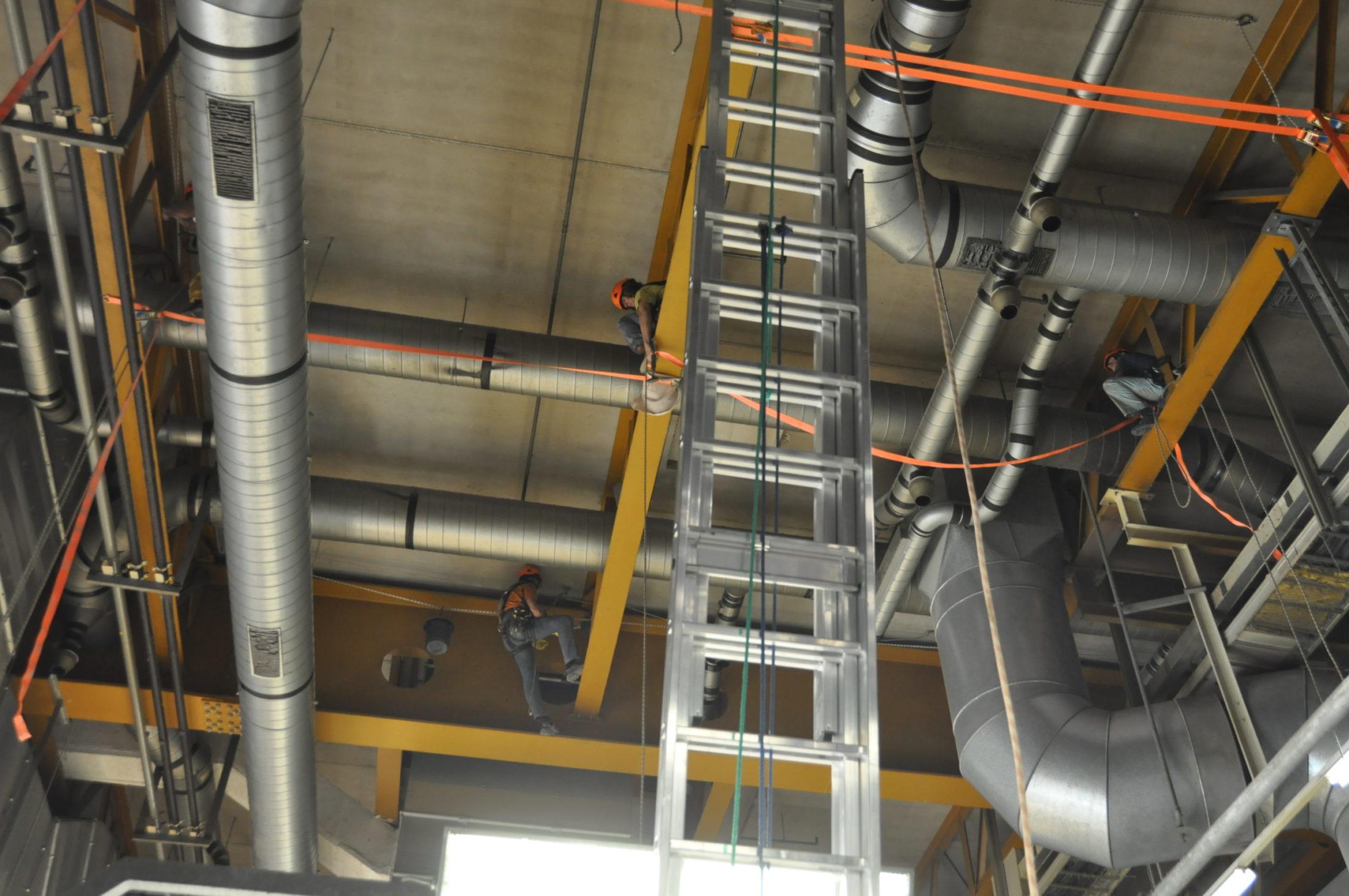 Arbeit an der Decke eines Fabrikgebäudes