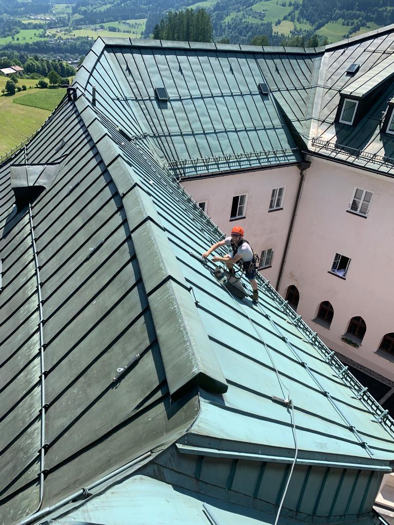 Arbeit am Kupferdach eines historischen Gebäudes