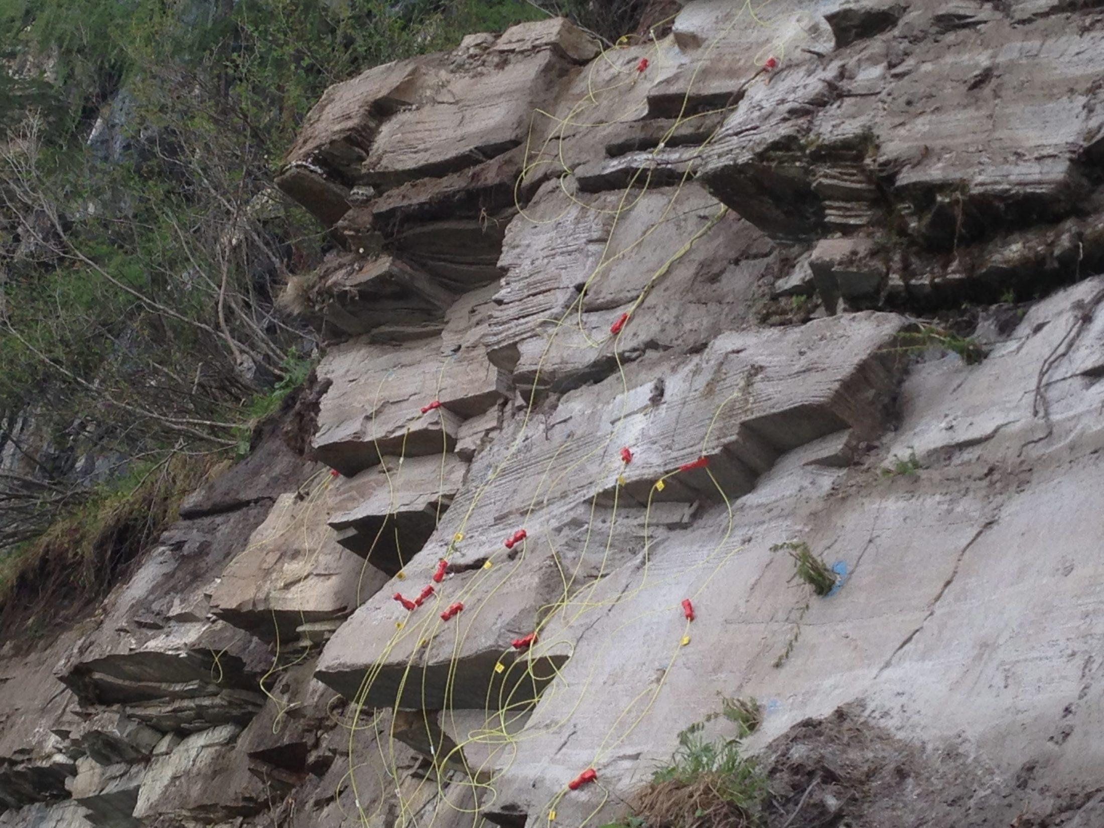 Sprengsätze im Fels mit Zündkabel