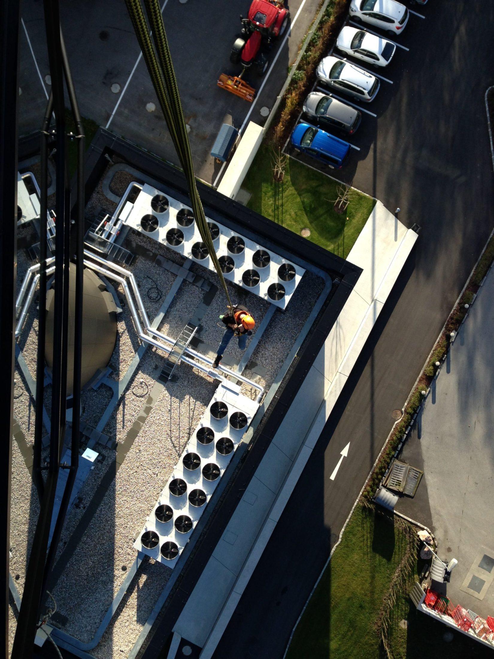 Ein Mann seilt sich vom Flughafen Tower Salzburg ab