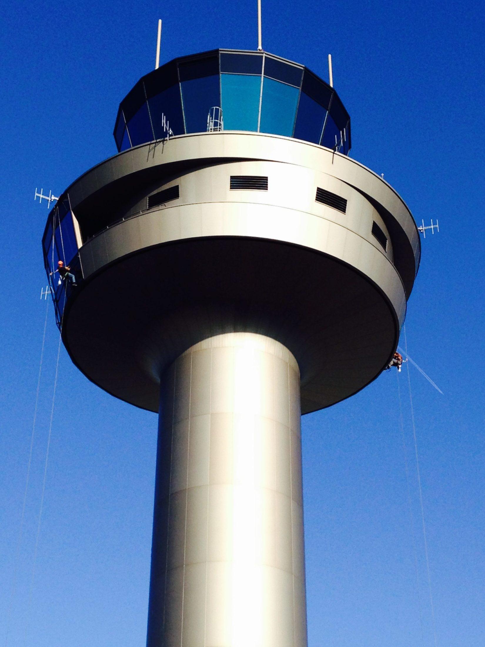 Fassadenreinigung des Flughafen-Tower Salzburg